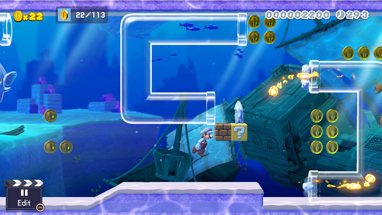 Mario simmar genom en vattenbana med genomskinliga rör där det studsar eldklot.