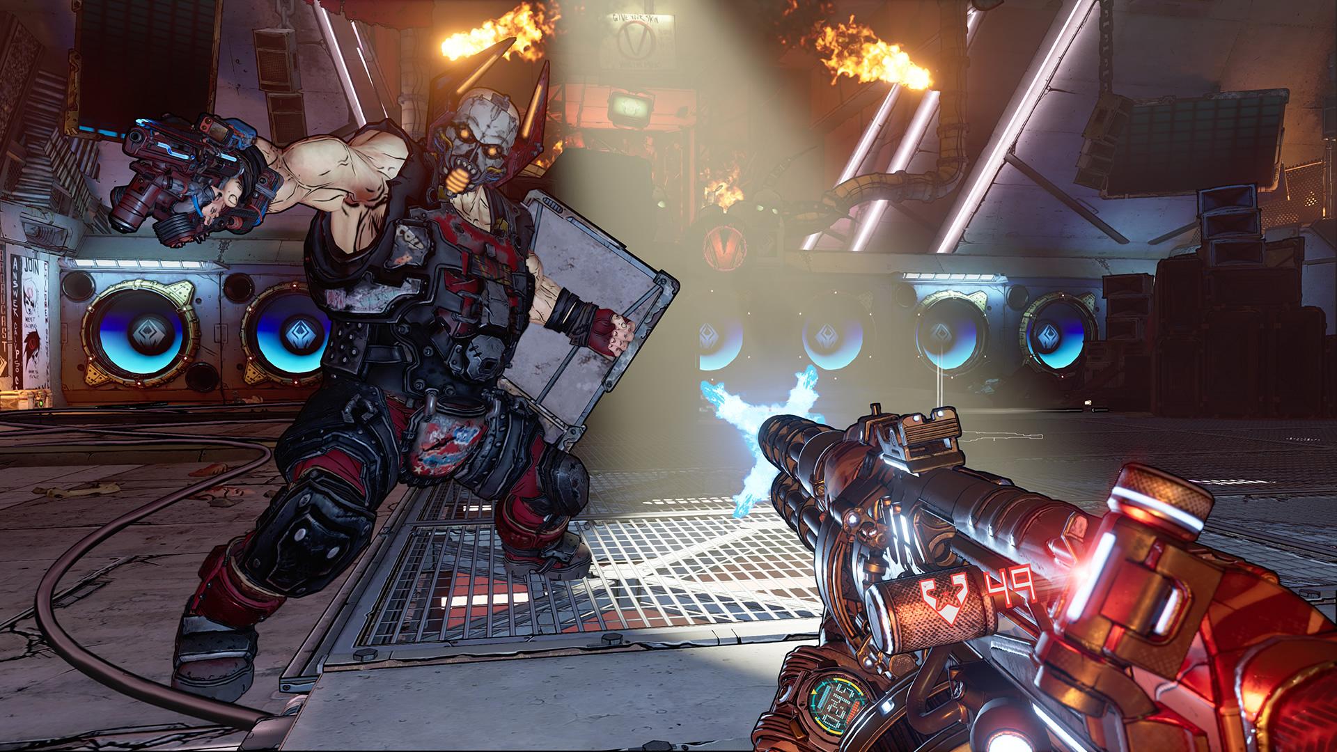 Ett rött gevär ur förstapersons-perspektiv pekar mot en musklig fiende med kravallsköld i en industrilokal.
