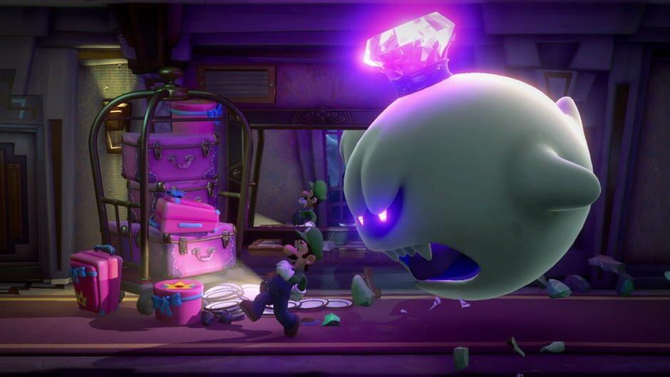 Luigi jagas av ett stort spöke genom en hotellkorridor.