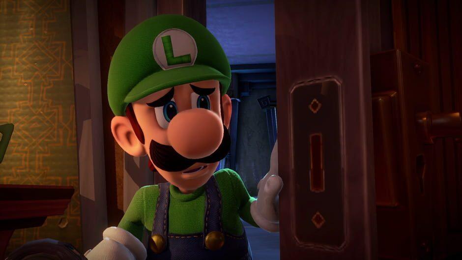 Luigi kikar skärpt fram bakom en dörr.