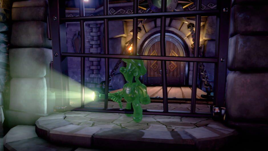Gooigi, Luigis gröna slemklon, har just tagit sig igenom en gallergrind i ett medeltida slott.