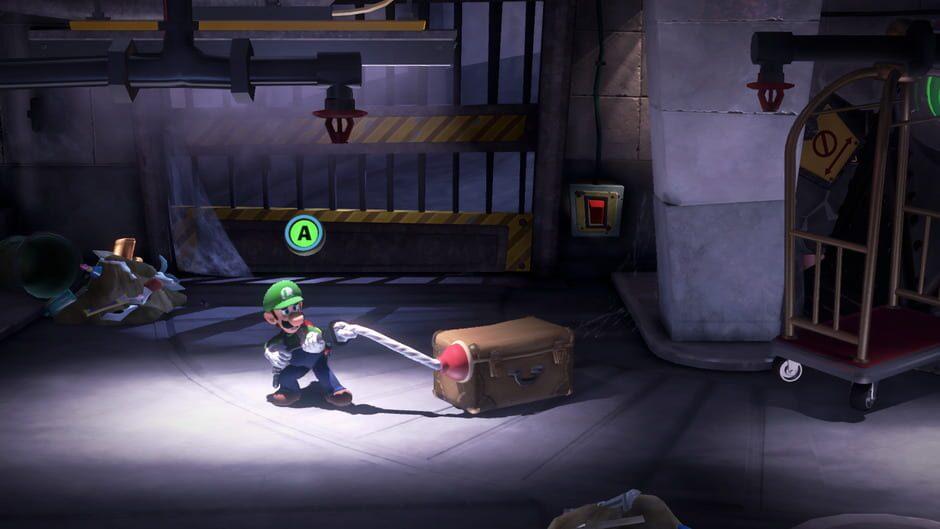 Luigi har skjutit fast en sugpropp på en väska i en källare. Ovanför hans huvud ser man en grön knapp med ett A på.